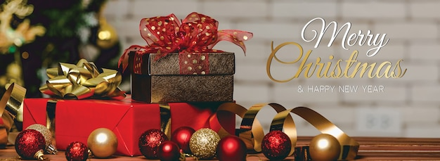 Frohe weihnachten und ein frohes neues jahr banner für kopf oder cover der social media website oder fanseite dekorativ. foto von dekorativen ornamenten mit weihnachtssegentext und briefen mit geschenkboxen und ball.
