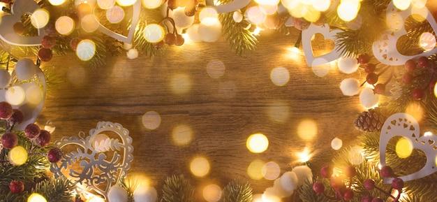 Frohe weihnachten und ein frohes neues jahr, feiertagsgrußkarte mit unscharfem bokehhintergrund
