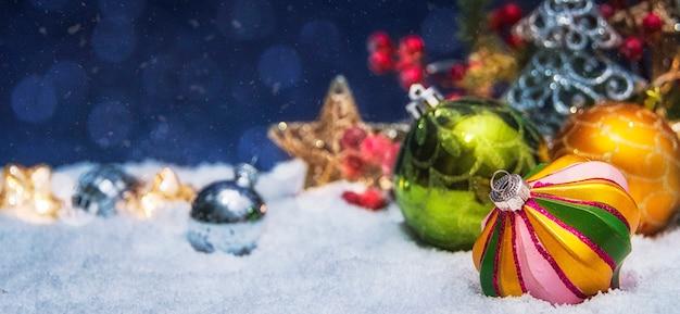 Frohe weihnachten und ein frohes neues jahr, feiertagsgrußkarte mit unscharfem hintergrund