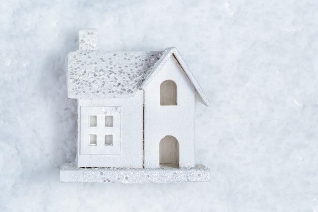 Frohe weihnachten und ein frohes neues jahr grußkarte mit weißem holzhaus auf schnee