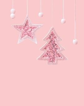 Frohe weihnachten und ein glückliches neues jahr auf rosa leuchtend rosa weihnachtsbaum und stern mit glänzenden pailletten Premium Fotos