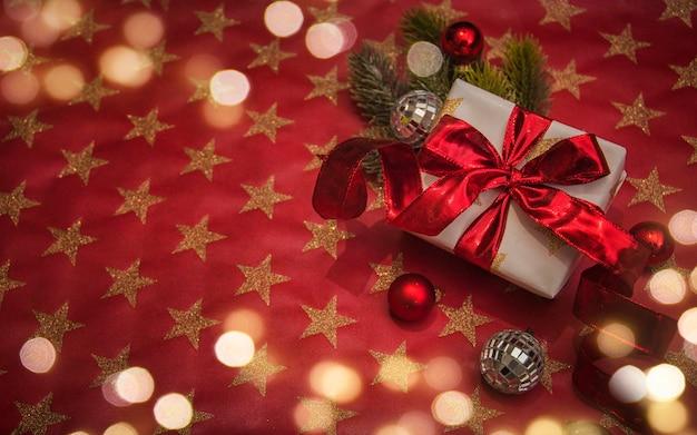 Frohe weihnachten und ein glückliches neues jahr, feiertagsgrußkarte mit unscharfem bokeh-hintergrund