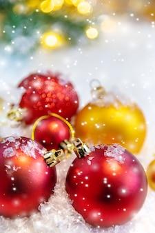 Frohe weihnachten und ein glückliches neues jahr, feiertagsgrußkartenhintergrund. selektiver fokus.