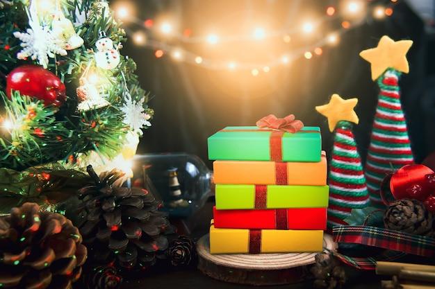 Frohe weihnachten und ein glückliches neues jahr-konzeptmit einem verzierten ornamentgeschenkboxweihnachtsbaum