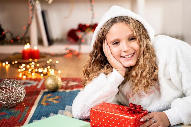 Frohe weihnachten und ein glückliches neues jahr mit rotem geschenk