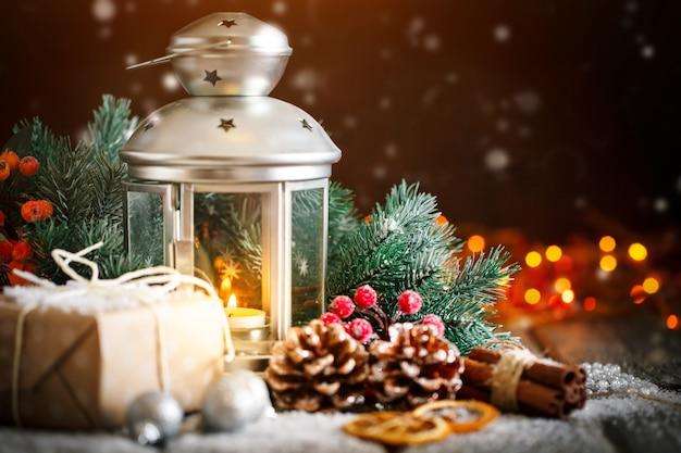 Frohe weihnachten und ein glückliches neues jahr. weihnachtsgeschenk und weihnachtsbaum auf selektivem fokus des dunklen holztischs.