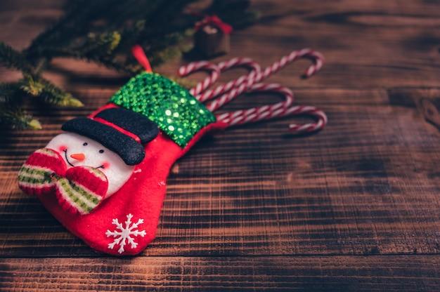 Frohe weihnachten und ein glückliches neues jahr. wintersaison-feiertagsdekoration auf holzhintergrund.