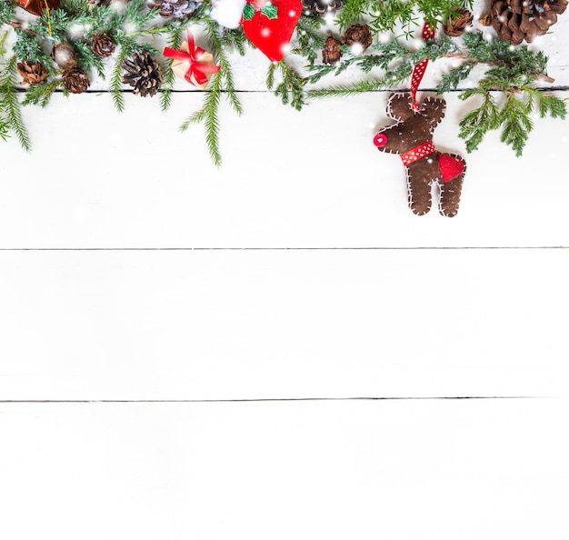 Frohe weihnachten und ein glückliches neues jahr, wintersaison mit schnee und dekoration auf weißem hintergrund