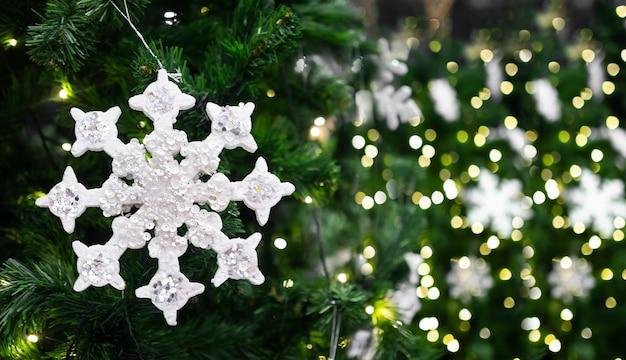 Frohe weihnachten und ein gutes neues jahr konzept. schneeflocken mit kiefernblättern