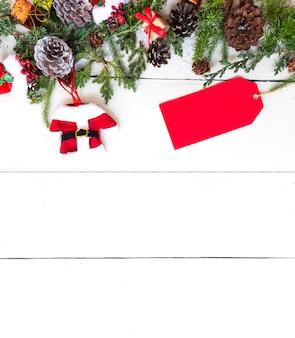 Frohe weihnachten und ein gutes neues jahr. winterurlaub mit weihnachtsbaum und dekoration.