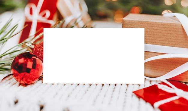 Frohe weihnachten und frohe neujahrskonzept mit geschenkboxen und grußkarte mit hintergrund