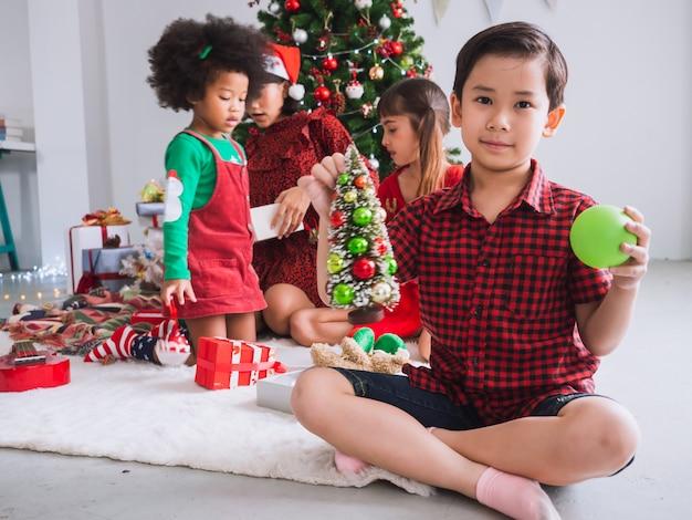 Frohe weihnachten und happy holiday mit internationalen menschen