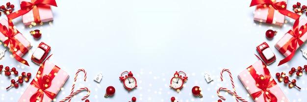 Frohe weihnachten und happy holidays grußkarte oder banner mit weihnachtsgeschenken