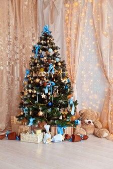 Frohe weihnachten und neues jahr. klassischer grüner baum verziert in weihnachtsspielzeug.
