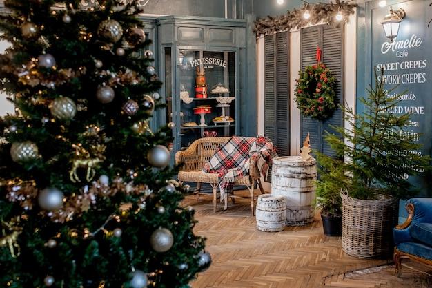 Frohe weihnachten und schöne feiertage. ein schönes wohnzimmer für weihnachten dekoriert.