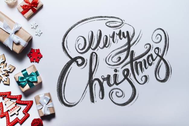 Frohe weihnachten wünsche mit kalligraphischer schrift geschrieben. beschriftung. draufsicht, flach liegen.