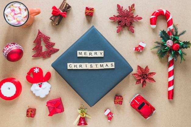 Frohe weihnachtstitel zwischen dekorationen