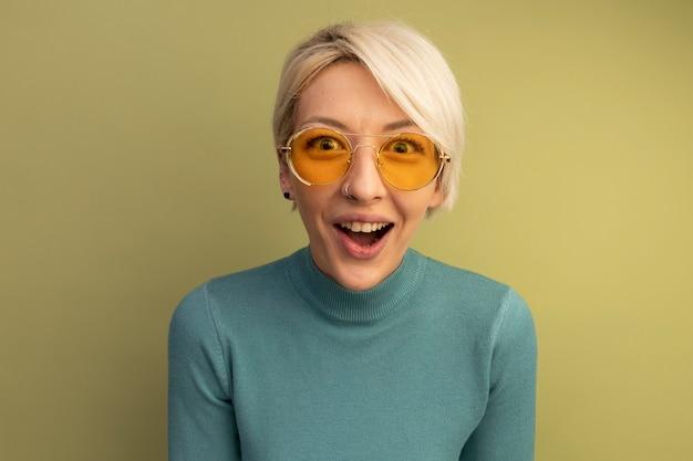 Frohes junges blondes mädchen mit sonnenbrille