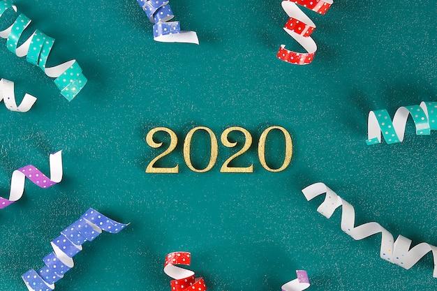 Frohes neues jahr 2020. kreativer text frohes neues jahr 2020 in gold holzbuchstaben geschrieben.
