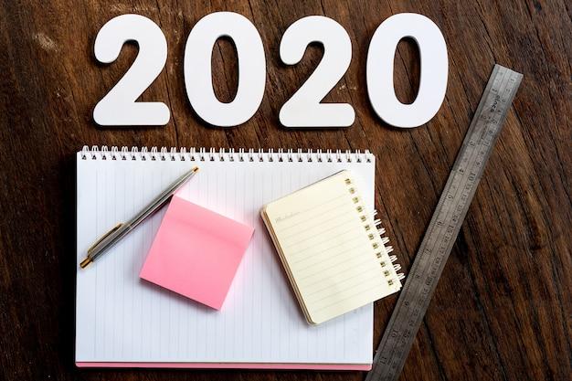Frohes neues jahr 2020 mit büromaterial