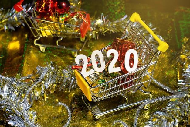 Frohes neues jahr 2020 mit mini-warenkorb und dekoration.