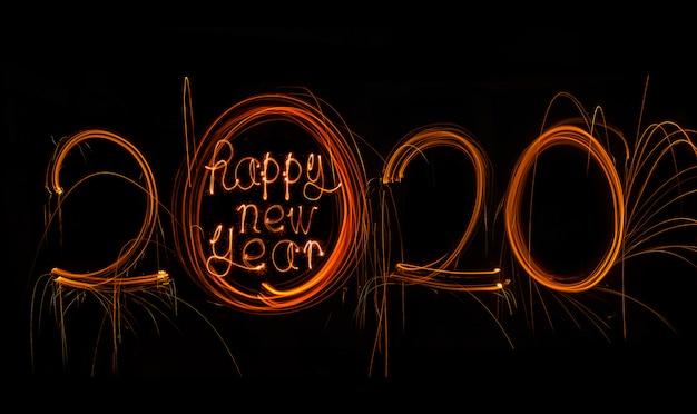 Frohes neues jahr 2020. nummer 2020 geschrieben funkelnde wunderkerzen
