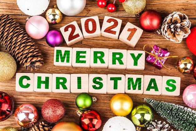 Frohes neues jahr 2021 mit weihnachtsschmuck