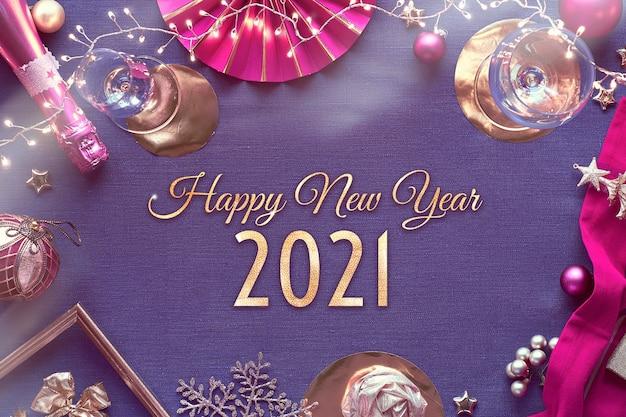 Frohes neues jahr 2021 vergoldeter text im rahmen mit neujahrsparty-tabellenaufbau.