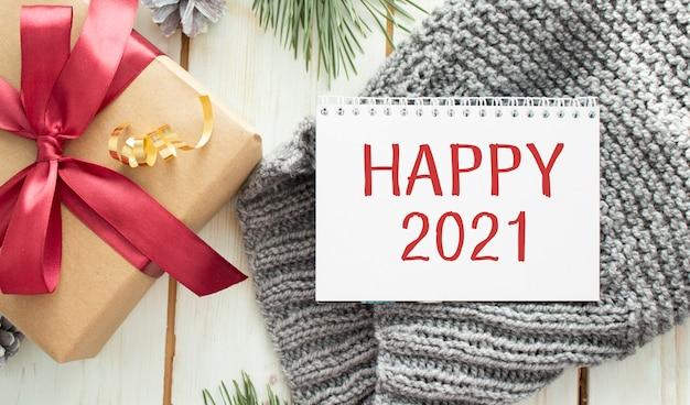Frohes neues jahr 2021 vergoldeter text im rahmen. weihnachtsschmuck und girlande.