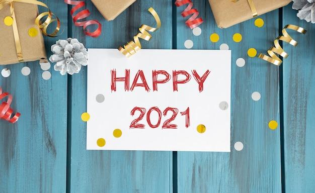 Frohes neues jahr 2021 vergoldeter text im rahmen. weinstock, gläser, teller, gabel, messer.