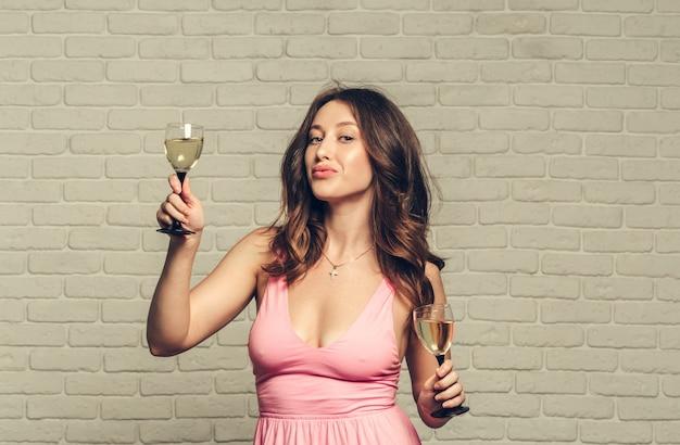 Frohes neues jahr euch. eine junge und schöne frau tanzt mit einem glas champagner