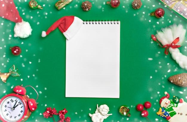 Frohes neues jahr flach legen zusammensetzung, notizblock, platz für text weihnachtsdekor, grüne farbe