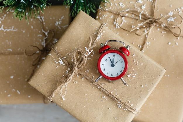 Frohes neues jahr: mitternachtsuhr und geschenkbox