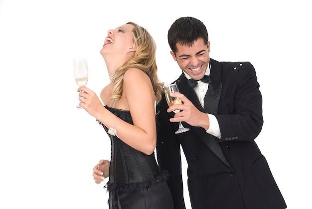 Frohes neues jahr oder paar auf einer party mit schönen kleidern lachen