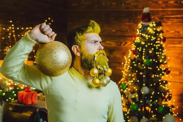 Frohes neues jahr santa posiert auf vintage hölzernem hintergrundporträt eines hübschen santa-mannes drinnen mit...