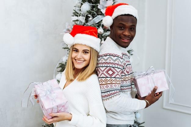 Frohes neues jahr und frohe weihnachten zu hause zusammen.
