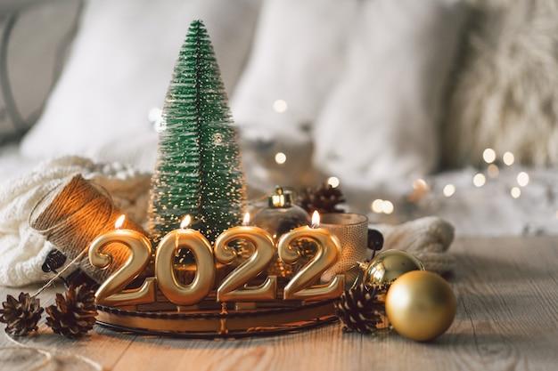 Frohes neues weihnachtshintergrund mit tannenbaumkegeln und weihnachtsdekorationen weihnachten...