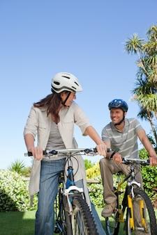 Frohes paar mit ihren fahrrädern