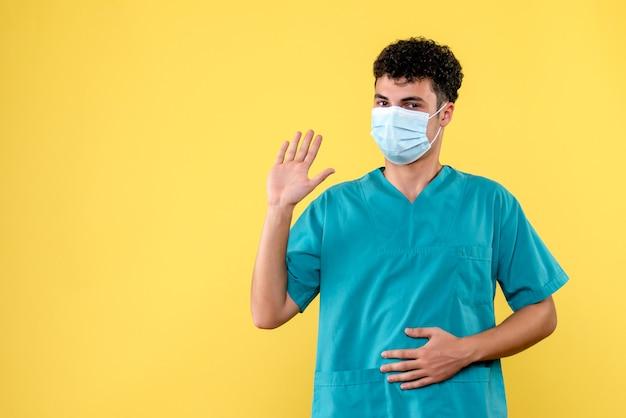 Front view doctor der arzt verspricht, dass er jeden heilen wird, der hilfe braucht
