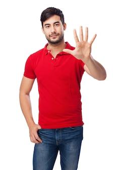 Frontansicht des jungen mannes, die offene hand zeigt