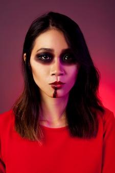 Frontansicht des mädchens als vampir verkleidet