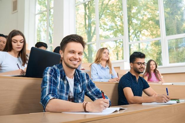 Frontansicht des studierens während des unterrichts.