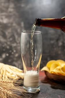Frontansicht flasche bär, die in das glas auf hellem schreibtisch gießt
