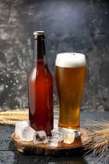 Frontansicht flasche bär mit glas voller bär auf hellem hintergrund