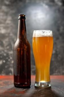 Frontansicht-glas bär mit flasche auf leichtem snack-wein-foto-getränk-farbalkohol