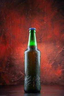 Frontansicht grüne bierflasche
