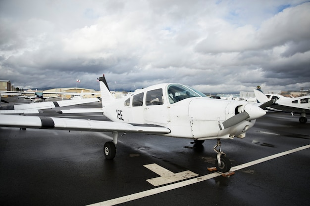 Frontpropeller-flugzeug auf einem flughafen geparkt