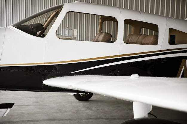 Frontpropellerflugzeug in einem hangar geparkt
