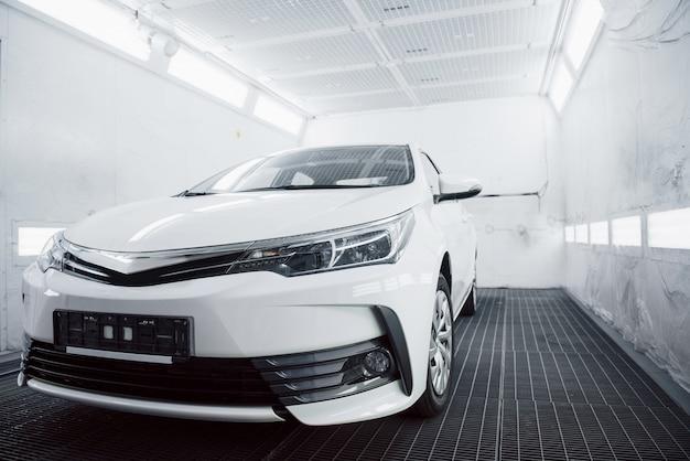 Frontscheinwerfer mit brillanten reflexionen der karosserie des autos