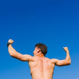 Froschperspektive des bodybuilders zurück
